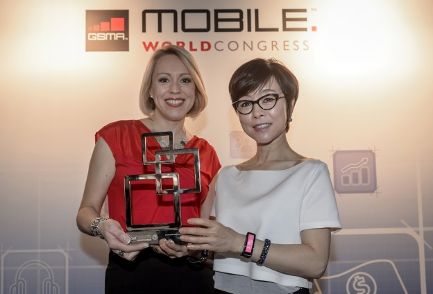 Sasha Twining (News Anchor) and Younghee Lee (Executive Vice President of Global Marketing, Mobile Communications Business at Samsung Electronics)