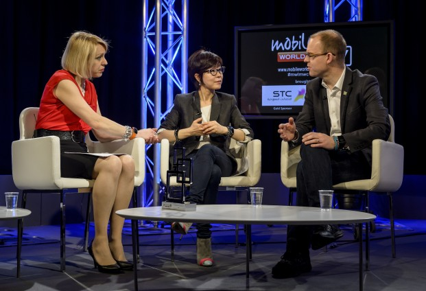 Sasha Twining (News Anchor), Younghee Lee (Executive Vice President of Global Marketing, Mobile Communications Business at Samsung Electronics), Ben Wood (Chief orf Research as CCS Insight)